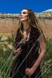 La fille indienne dans un costume est dans le désert Photos stock