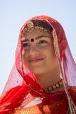 La fille indienne portant la robe traditionnelle de Rajasthani participent au festival de désert dans Jaisalmer, Ràjasthàn, Inde Photo stock