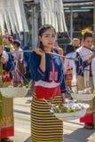 La fille indigène tenant le contrepoids avec 2 a émaillé le bassin des FO Images stock