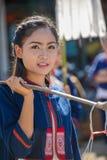 La fille indigène tenant le contrepoids avec 2 a émaillé le bassin des FO Photo stock
