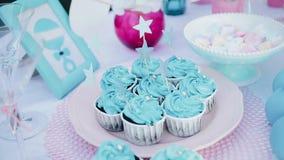 La fille insère des bâtons avec des astérisques en gâteaux bleus clips vidéos