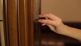 La fille insère la vieille clé dans le trou de la serrure clips vidéos
