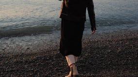 La fille jette des pierres en mer banque de vidéos