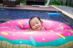 La fille jouant dans la piscine Images libres de droits