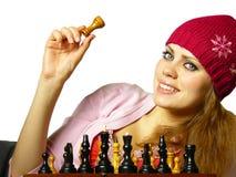 La fille joue aux échecs sur un fond blanc Images libres de droits