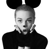 La fille joue la souris de mickey photos stock