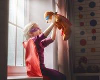La fille joue le super héros Image stock