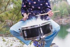 La fille joue le tambour dehors Images stock