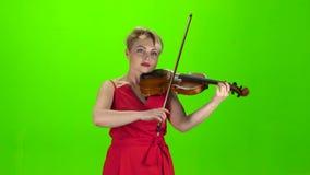 La fille joue le violon Écran vert banque de vidéos