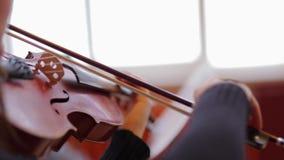 La fille joue le violon bien clips vidéos