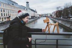 La fille joue sur la rue avec un chien imaginaire, qui est réellement une lampe Photographie stock libre de droits
