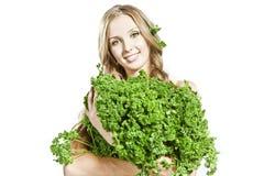 La fille joyeuse mène un mode de vie végétarien sain image stock