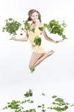 La fille joyeuse mène un mode de vie végétarien sain photo libre de droits
