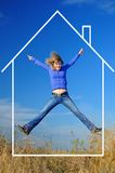 La fille joyeuse saute dans la maison rêveuse Image libre de droits