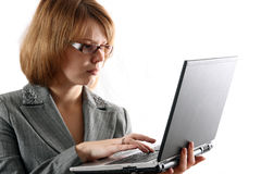 la fille juge l'ordinateur portatif jeune Photographie stock