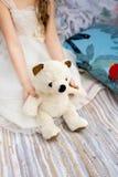 La fille juge un ours disponible Images stock