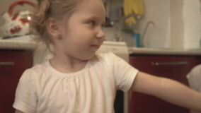 La fille lèche une cuillère de pizza banque de vidéos