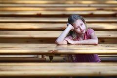 La fille, l'adolescent s'assied à une table Photos stock