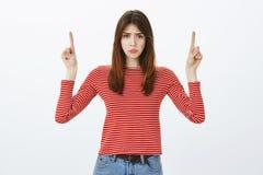 La fille l'a dérangée a perdu l'occasion à l'achat en ventes Amie attirante triste contrariée dans l'équipement occasionnel, soul Photo stock