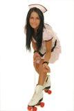 La fille lace le patin de rouleau image stock