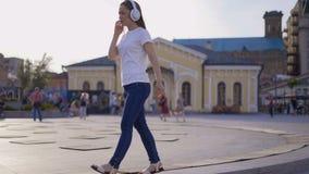 La fille libre libre marche dans une grande ville lumineuse 4K clips vidéos