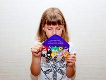 La fille lit la carte de voeux Photo stock
