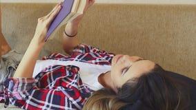 La fille lit un livre banque de vidéos