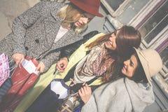 La fille lui montre des amis de nouveaux vêtements Image stock