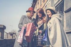 La fille lui montre des amis de nouveaux vêtements Photos libres de droits