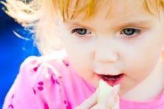 La fille mange Images stock