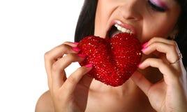 La fille mange le coeur images libres de droits
