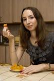 La fille mange les abricots secs Photographie stock libre de droits