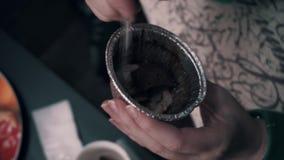 La fille mange un festin délicieux de chocolat d'une tasse brillante Beau festin doux banque de vidéos