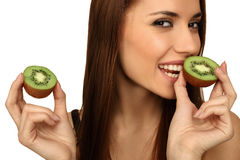 La fille mange un kiwi Photo stock