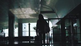 La fille marche autour de l'aéroport banque de vidéos