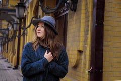 La fille marche dans le chapeau de feutre, jour de nuage, extérieur Images stock