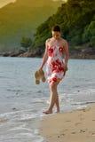 La fille marche la plage photographie stock libre de droits