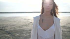 La fille marche sur le rivage de lac banque de vidéos