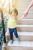 La fille marche vers le bas photographie stock libre de droits