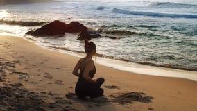 La fille merveilleuse s'assied dans la vue de détente de postérieur de pose de yoga banque de vidéos