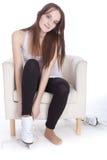 La fille met des patins sur ses pieds images libres de droits
