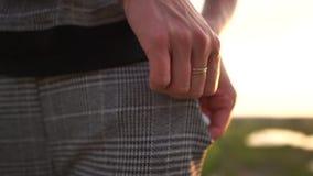La fille met une pile de billets d'un dollar dans sa poche de pantalon dans le mouvement lent banque de vidéos