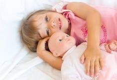 La fille met une poupée pour enfoncer Photos libres de droits