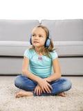 La fille mignonne écoutent musique Photo libre de droits