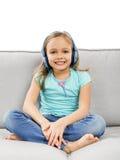 La fille mignonne écoutent musique Images libres de droits