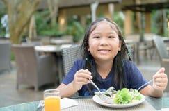 La fille mignonne asiatique appr?cient pour manger de la salade vegatable photos libres de droits