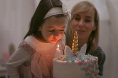 La fille mignonne avec de longs cheveux a son 4ème anniversaire image libre de droits
