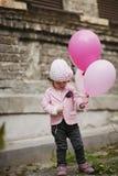 La fille mignonne avec le rose monte en ballon le portrait Photographie stock libre de droits