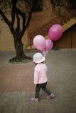 La fille mignonne avec le rose monte en ballon le portrait Photos stock