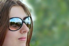 La fille mignonne en glaces de soleil Photo libre de droits